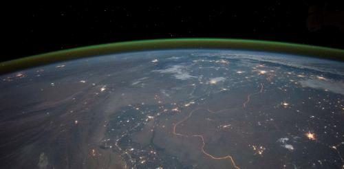 Night side green airglow layer surrounding the Earth